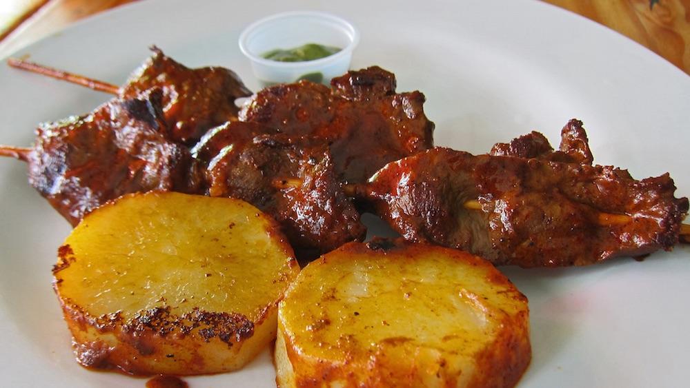 anticuchos-comidas-tipicas-bolivia
