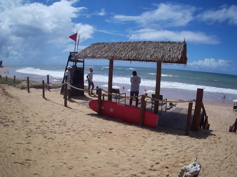 Praia do Hotel Iberostar Bahia, em Praia do Forte – Salva vidas