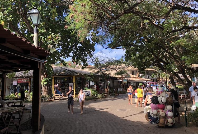 Comércio e restaurantes em Praia do Forte
